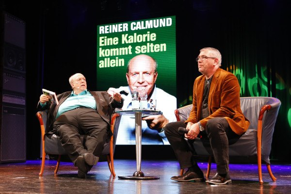 Calli liest aus seinem Buch 'Eine Kalorie kommt selten allein'