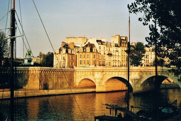 Viele Sehenswürdigkeiten liegen in Paris an der Seine.