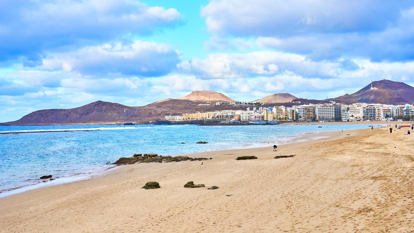 Der schöne Sandstrand Playa de las Canteras inmitten der Hauptstadt