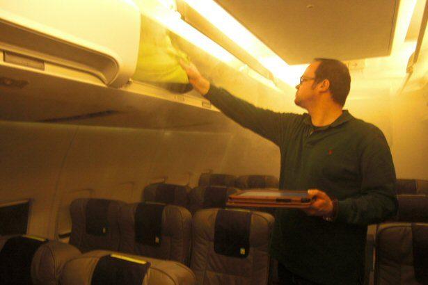 Künstlich erzeugter Nebel in der TUIfly Flugzeugattrappe