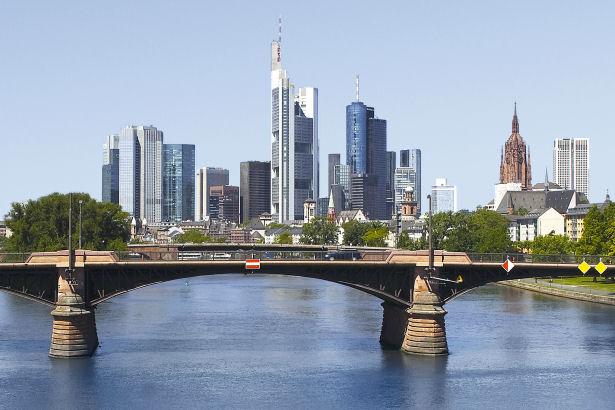 Eine Brücke und im Hintergrund die Skyline von Frankfurt