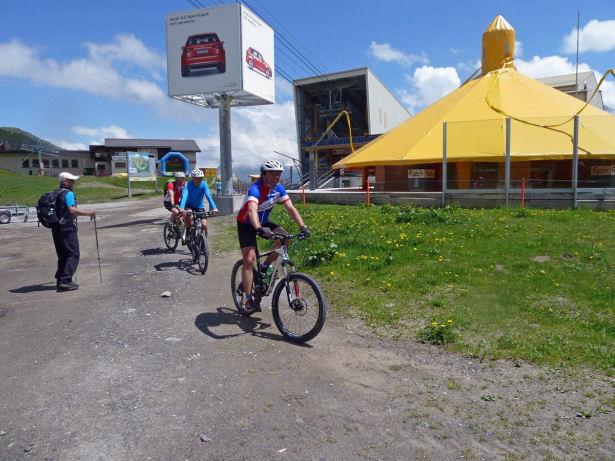 Begegnung der Mountainbiker mit der Wandergruppe