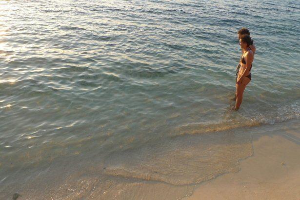 Kollegin Jule am Strand von Thailand