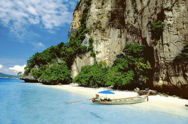 Kleine Bucht in Thailand mit Longtailboot