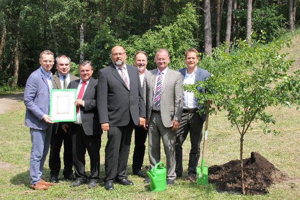Mit diesem frisch gepflanzten Baum ist das Viverde Mecklenburgische Seen auch symbolisch eingeweiht.