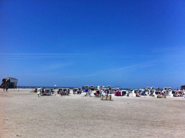Strandkörbe und blauer Himmel am Strand von St. Peter Ording