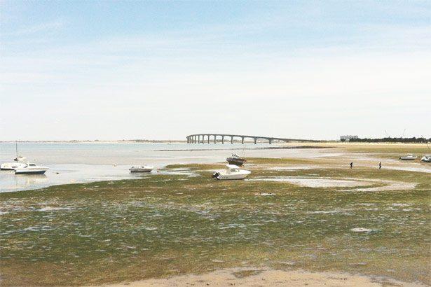 Die Brücke verbindet Festland und Insel