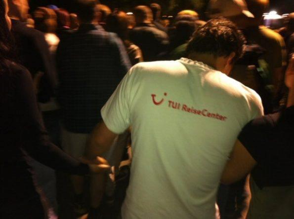 Junger Mann mit TUI ReiseCenter T-Shirt