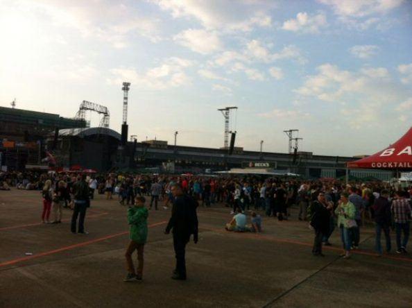 Besucher der Konzerte auf dem Gelände des Flughafens Tempelhof.