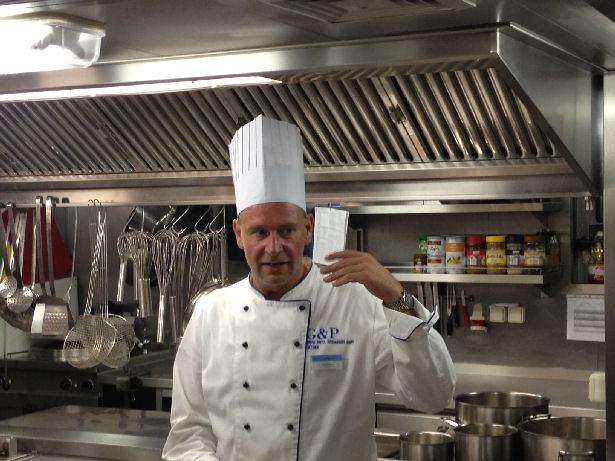 Der Boss in der Küche: Bei fünf Mahlzeiten am Tag wird es für Küchenchef Dirk Pallatz schon mal stressig – schließlich wollen täglich 186 Gäste und 40 Crewmitglieder verpflegt werden.