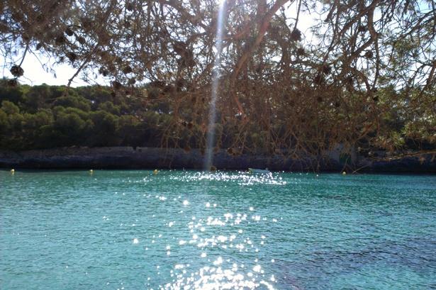 Glitzernde Sonnenstrahlen auf türkisfarbenem Mittelmeer