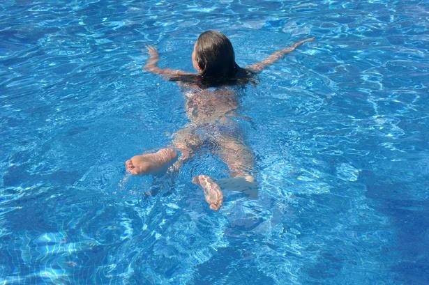 Annika schwimmt im Pool des Puravida Resort auf Mallorca