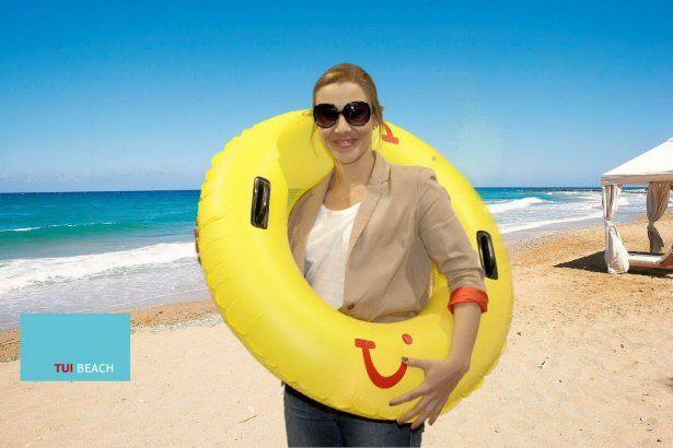 Sarah von TUI mit Sonnenbrille und Schwimmring