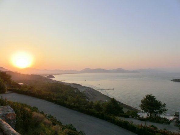 Abenddämmerung und Sonnenuntergang über der Bucht von Sarigerme