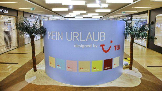 Die Stellwand der TUI Strandoase mit den 7 Reisewelten Signets
