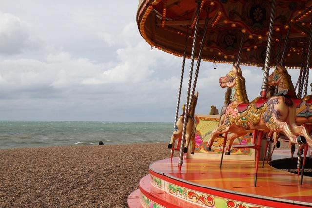 Herrlich altmodisch: Am Strand von Brighton steht, wie der Pier, seit 1899 ein Kinderkarussell – Foto: Aileen Tiedemann