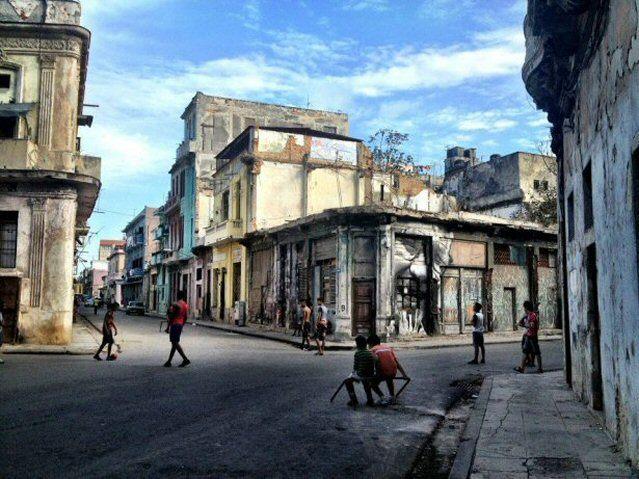 Schnappschuss von spielenden Kindern in den Straßen von Havanna