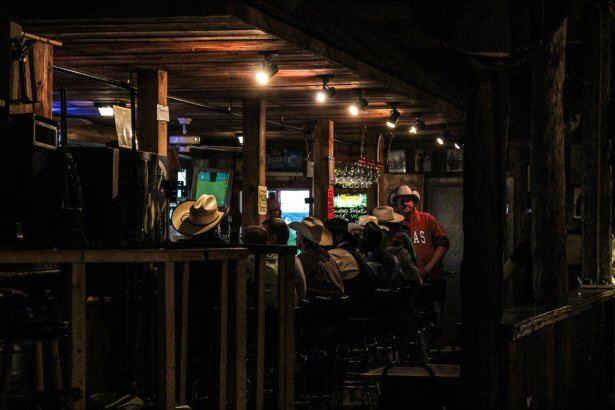 Cowboys an der Bar in einem Saloon in Wyoiming.