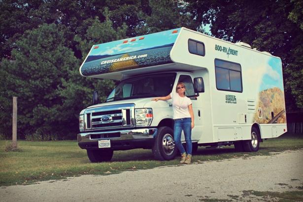 Angelika Schwaff steht vor ihrem TUI Camper
