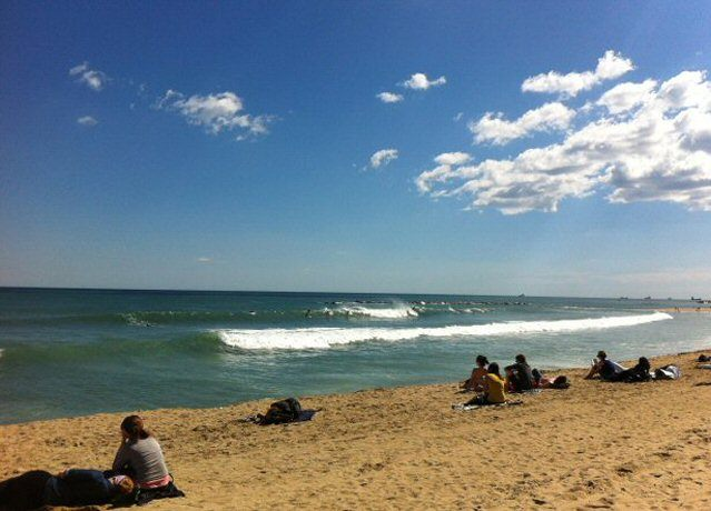 Surfer am Strand von Barcelona