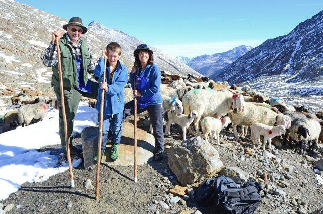 Autorin Dagmar Gehm mit Hirten und Schafen in Südtirol