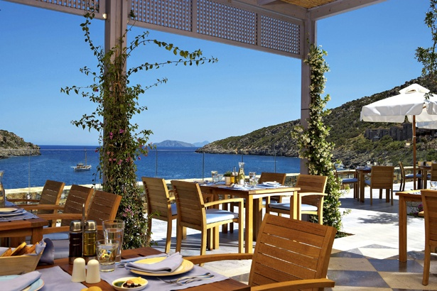 Sonnenterrasse im Daios Cove Luxury Resort & Villas auf Kreta