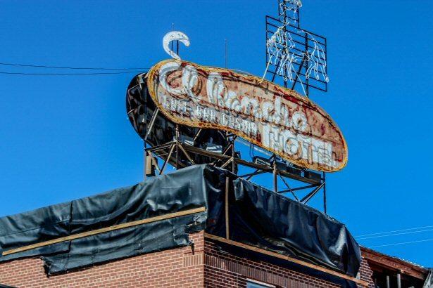 Die verwitterte Reklame vom El Rancho Hotel in Wells, Nevada
