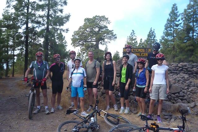 Teilmehmer des Mountainbikeausflugs stehend neben ihren Rädern