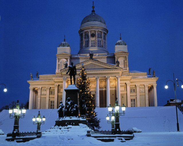 Senatsplatz von Helsinki im WInter mit Schloss