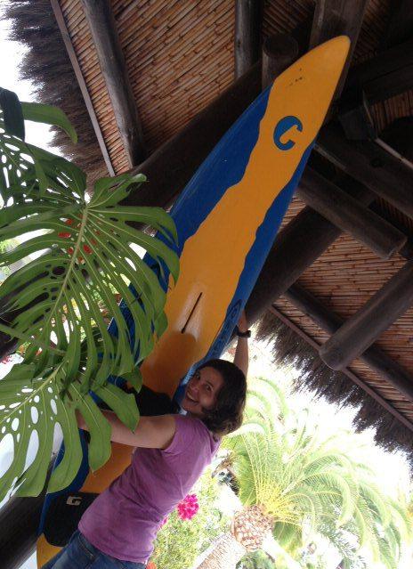 Kathrin vor einem Surfbrett an der Wand