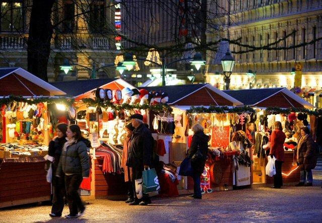 Besucher auf einem Weihnachtsmarkt