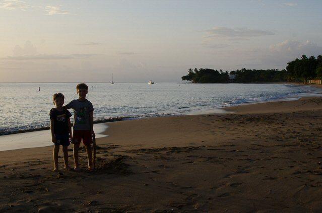 Zwei kleine Jungs vorm Sonnenuntergang am Strand von Rincon, Puerto Rico