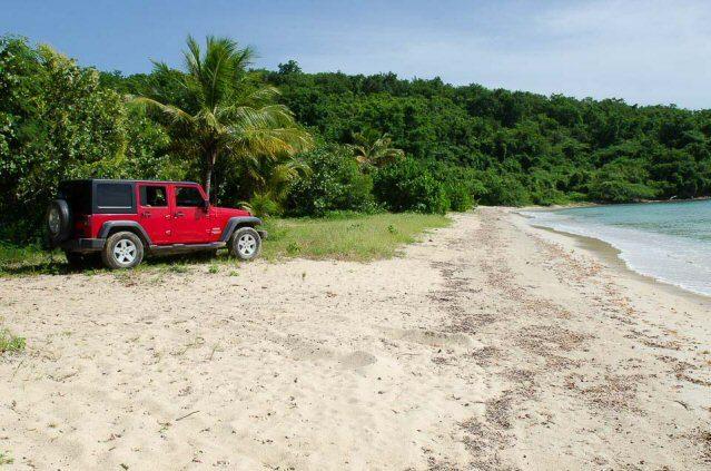Roter Mietwagen am Strand von Puerto Rico