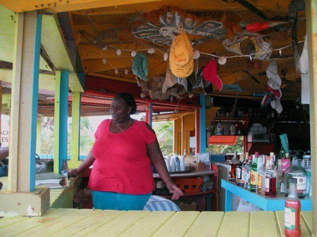 Barfrau Luisa auf den Bahamas hinter der Bar.