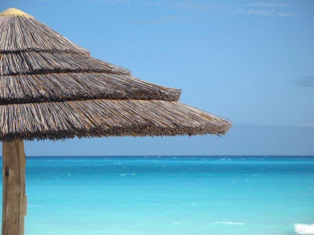 Aussicht auf das türkisfarbene Meer auf den Bahamas