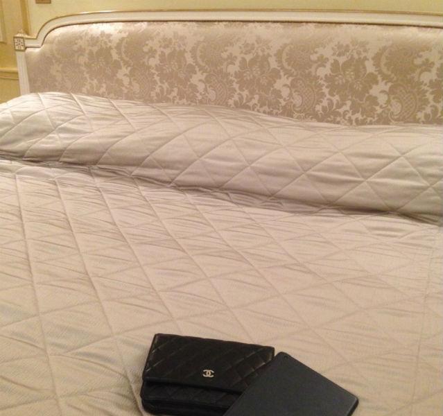 Bett mit schwarzer Chanel Tasche