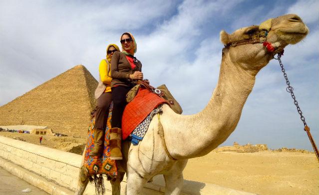 Zwei Frauen auf einem Kamel