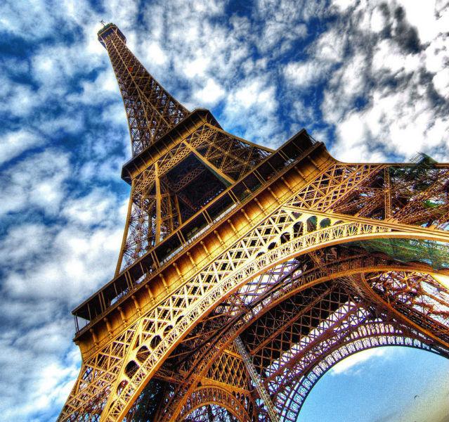 Der Eiffelturm schräg von unten
