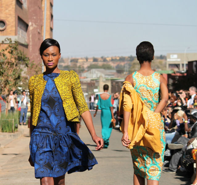 Zwei Frauen auf dem Laufsteg im Ethno-Stil