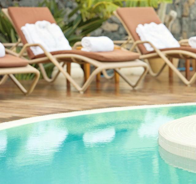 Handtücher auf Liegen am Pool