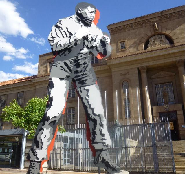 Statue von Mandela als Boxer
