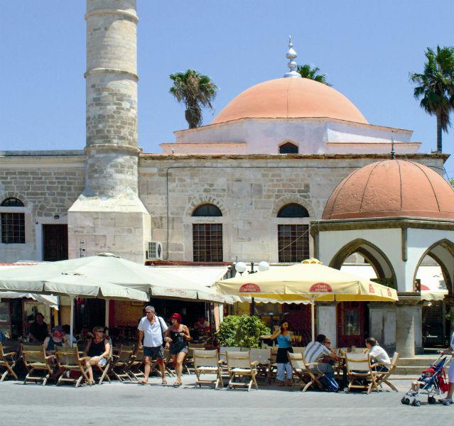 Die Altstadt von Kos Stadt mit Cafés und gelben Schirmen