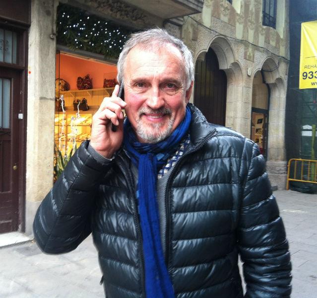 Jussi Adler-Olsen mit dem Handy am Ohr