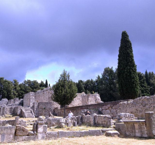Die Ruinen von Asklepion mit Bäumen im Hintergrund
