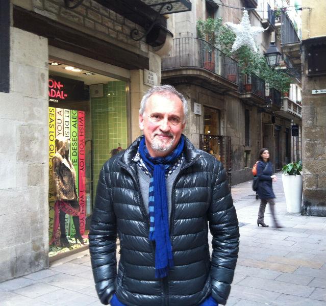 Autor Adler-Olsen steht in der Altstadt vor einer Boutique