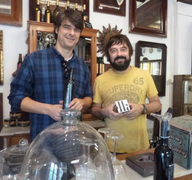 Zwei Männer mit Olivenöl