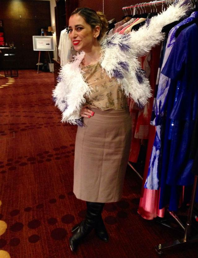 Autorin Sonya Netzle in einer weißen Puscheljacke mit lila Punkten