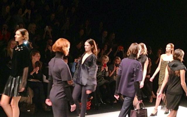 Models in Businesskleidung auf dem Laufsteg