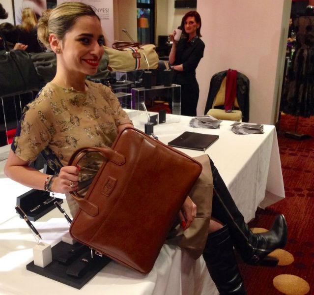 Sonya Netzle mit brauner Aktentasche