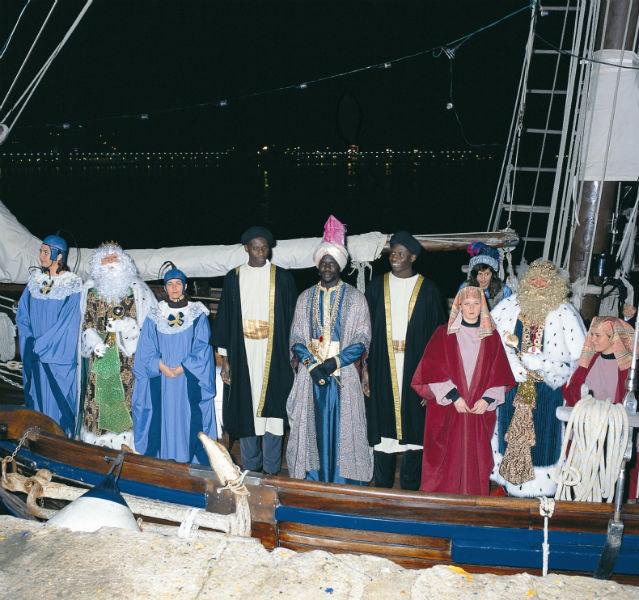 Boot mit köstumierten Königen